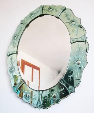 Espejo veneciano con marco de cristal tallado.
