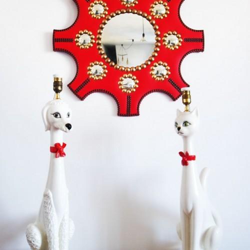 Espejo convexo con marco de polipiel roja y clavos de latón. Vintage años 60s.