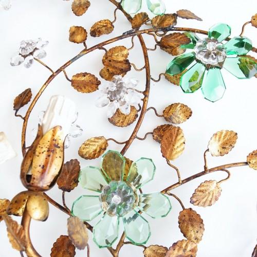 Pareja de apliques en forja dorada al pan de oro con flores de cristal. Vintage 50s-60s.