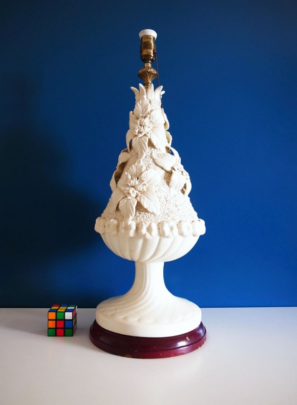 Gran lámpara de cerámica de Manises, acabado blanco mate. Vintage 50s-60s.