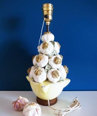 Lámpara vintage de cerámica de Manises. Racimo de ajos sobre mortero amarillo. Vintage años 50s-60s.