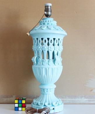 Gran lámpara de cerámica de Manises, en azul pálido. Cerámica calada. Vintage años 50s- 60s.