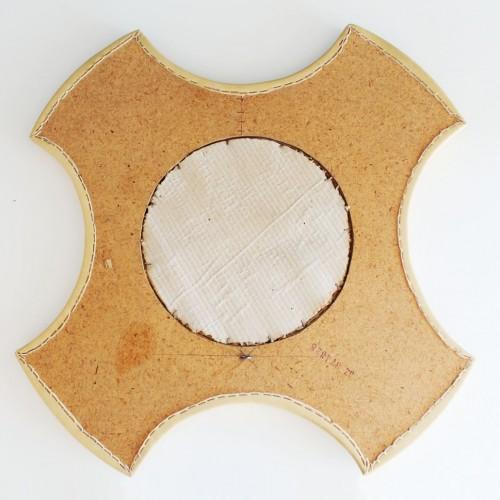 Espejo vintage de polipiel y tachuelas de latón. Mid century años 60s.