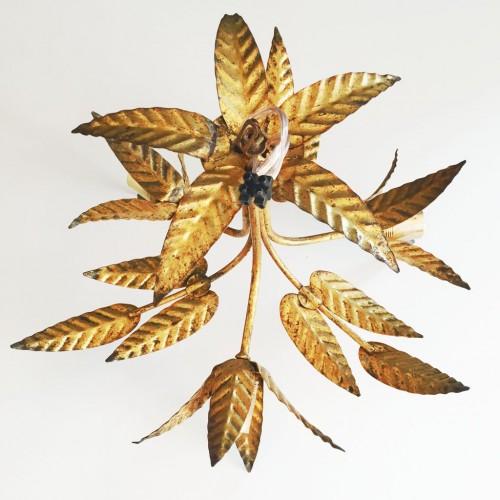 Lámpara de techo en forja dorada al pan de oro. Ramas, hojas y flores. Mid century vintage 60s.