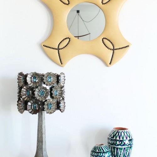 Originalísima lámpara de sobremesa. Artesanía de hojalata con cuentas de cristal azul. Vintage años 50s-60s.