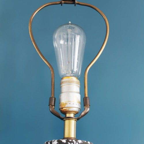 Lámpara de porcelana esmaltada, negra y blanca, base de latón. Vintage años 50s-60s.