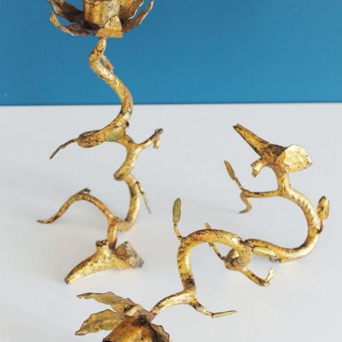 Pareja de candelabros de forja dorada. Ramas con hojas. Vintage años 60s.