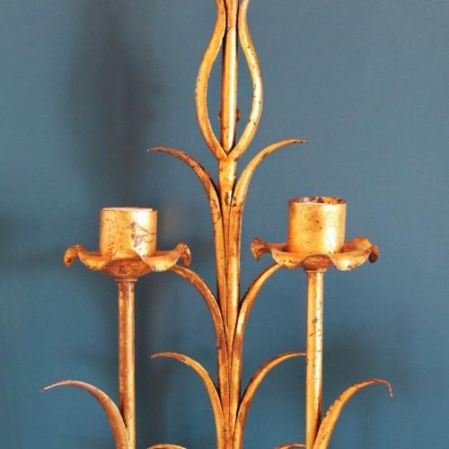 Gran aplique de pared en forja dorada con motivos vegetales, vintage 50s-60s.