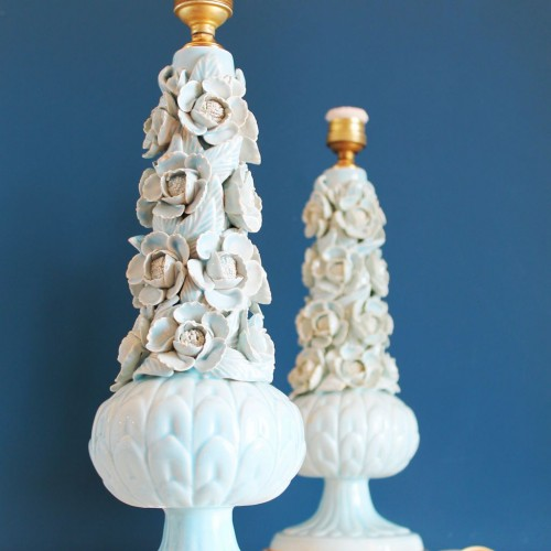 Pareja de lámparas de cerámica de Manises, en color azul turquesa con calas y peonías. Vintage 50s- 60s.