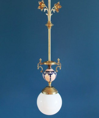 Lámpara modernista o Art Nouveau, en latón y porcelana. Francia 1900-1910.