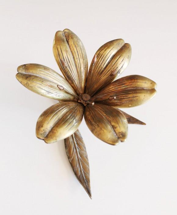 Cenicero en forma de flor Lilium o azucena, realizado en bronce. Vintage años 70.