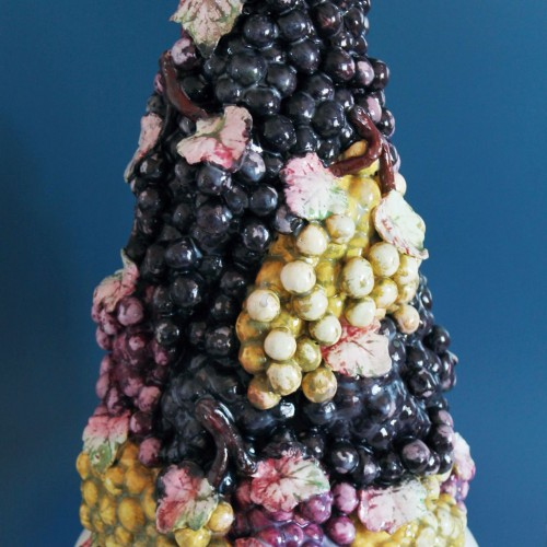 Espectacular y enorme centro de mesa escultórico de cerámica de Manises. Copa con uvas. Vintage años 40s.