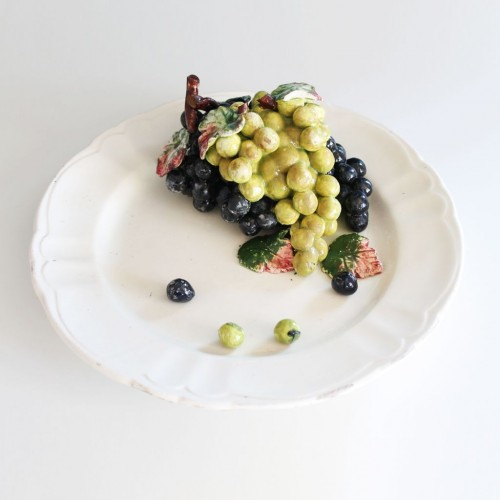 """""""Plato de engaño"""", centro de mesa de cerámica de Manises con uvas fingidas, vintage 40s-50s."""