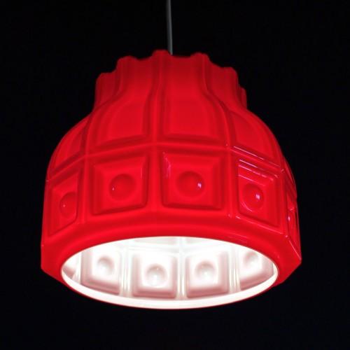 HELENA TYNELL para FLYGSFORG. Lámpara de techo de cristal opal rojo y blanco. Suecia, vintage años 60s.