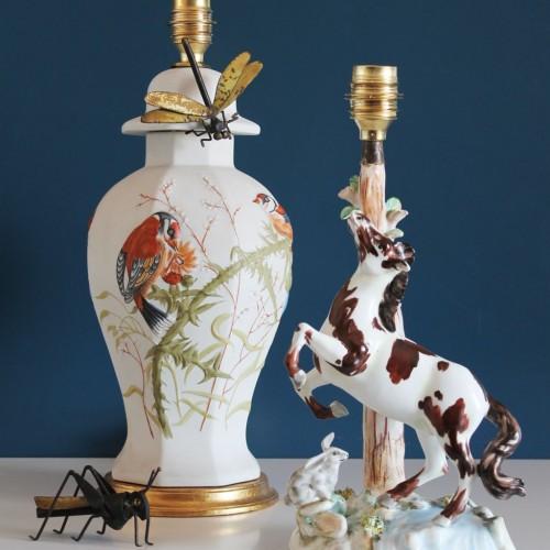 Lámpara de porcelana pintada a mano, jilgueros y cardos. Vintage 50s-60s.