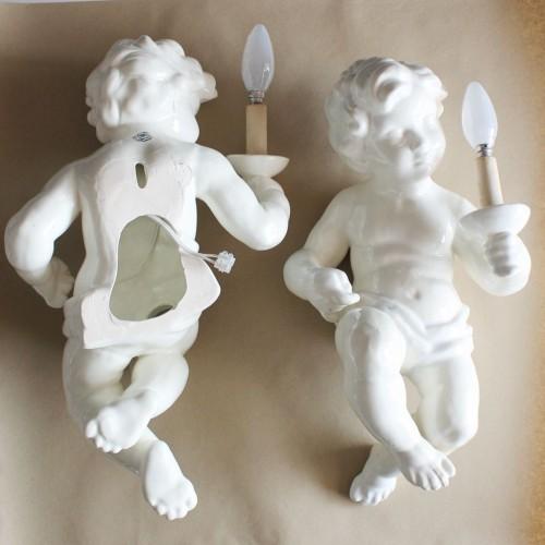 Singular pareja de lámparas de pared. Niños o angelotes de cerámica de Manises, vintage años 50s.