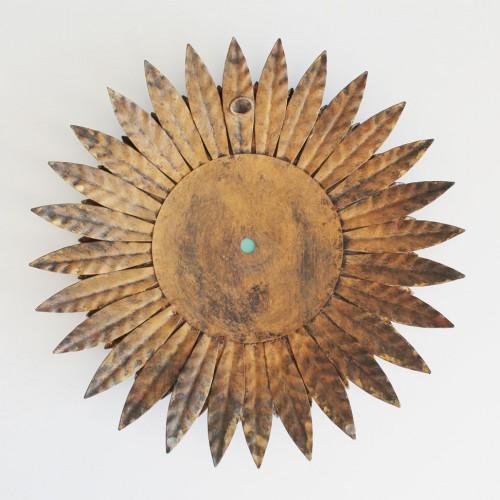 Espejo sol en forja dorada, con diseño de hojas o rayos. Vintage años 60.