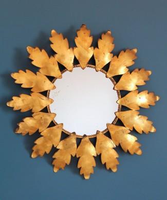 Espejo sol en forja dorada al pan de oro, con diseño de hojas. Vintage años 60.
