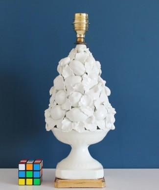Lámpara de cerámica de Manises en color blanco. Cerámicas Hispania. Copa con frutas y hojas. Vintage años 50s-60s.