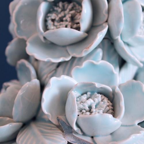 Lámpara de cerámica de Manises en color azul, copa con peonías, vintage años 50s-60s.