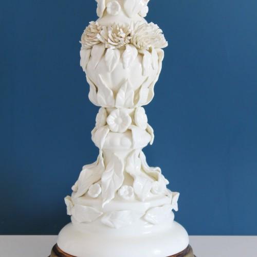 Excelente lámpara vintage de cerámica blanca de Manises, años 50-60.