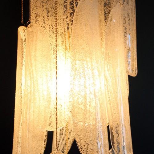 Espectacular lámpara chandelier de cristal de Murano, atribuida a Mazzega, hojas de cristal texturizado y latón, vintage 70s.