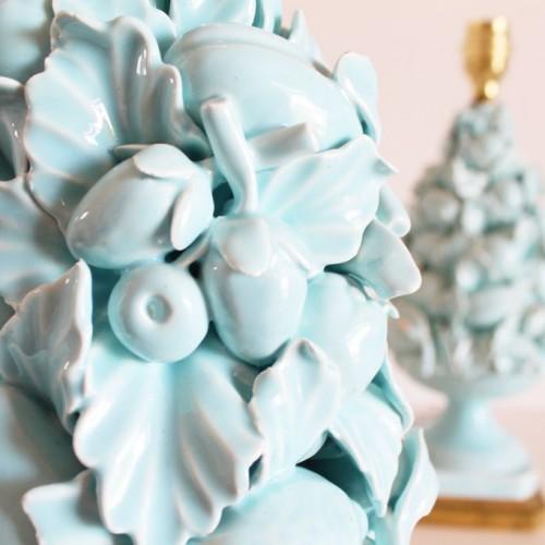 Lámpara vintage de cerámica de Manises. Cerámica azul, copa con frutas y hojas, base de madera dorada. Vintage 50s-60s.
