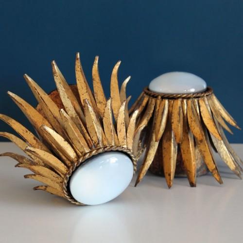 Pareja de lámparas o apliques de pared, sol de hojas en forja dorada. Vintage años 50s-60s.