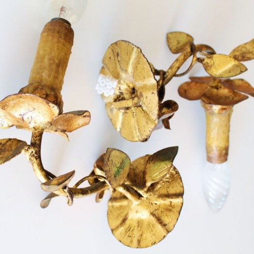 Pareja de apliques en forja dorada al pan de oro con diseño de flores y hojas. Vintage 50s-60s.