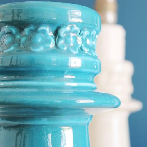 Jarrón de cerámica de Manises. Vidriado azul, hojas y flores. Vintage años 50-60.