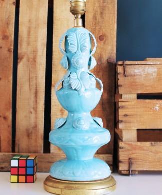 Lámpara de cerámica de Manises. Azul turquesa y peana de madera dorada. Vintage años 50-60.