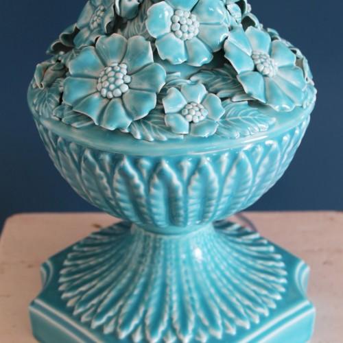 Gran lámpara de cerámica de Manises. Copa con flores. Azul turquesa. Vintage años 50-60.