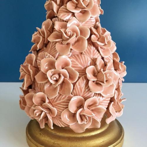 Lámpara de cerámica de Manises. Flores y hojas en color rosa pálido. Vintage 50s-60s.