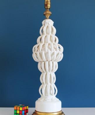 Excelente lámpara de cerámica de Manises, C. Bondía, blanca con hojas y flores, vintage años 50-60.