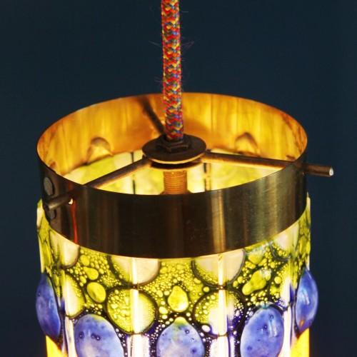Lámpara de suspensión o farolillo, con tulipa de cristales de colores y latón. Vintage 50s-60s.