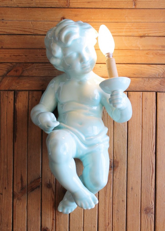Aplique o lámpara de pared de cerámica de Manises. Niño o angelote, C. Hispania, vintage años 50s.
