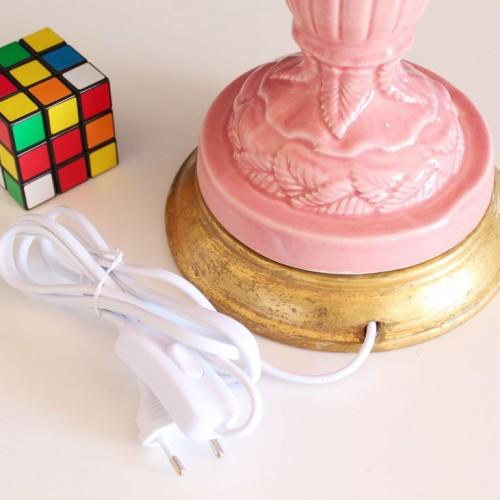 Lámpara de cerámica de Manises, color rosa. Urna cubierta de hojas en relieve. Vintage años 50s- 60s.