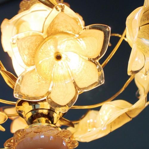 Excelente lámpara chandelier de flores de cristal de Murano y latón dorado, vintage 70s.