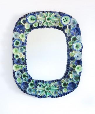 Impresionante espejo con marco de cerámica, con motivos marinos. Vintage años 70s.