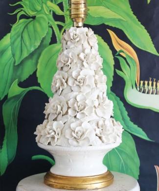 Lámpara de Manises en cerámica blanca, cesto con rosas. Vintage 50s-60s.