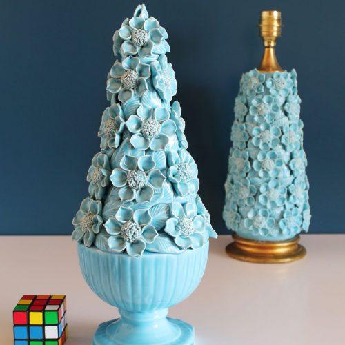 Centro o escultura de cerámica de Manises. Flores y hojas en color azul. Vintage 50s-60s.