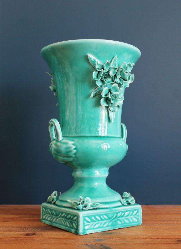 Jarrón o copa de cerámica de Manises. Azul turquesa, con flores y hojas. Vintage años 50-60.