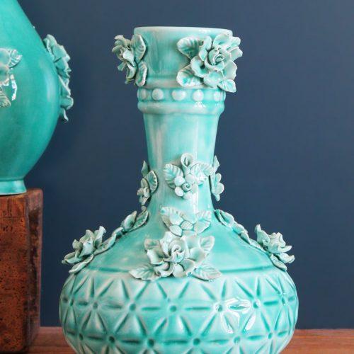Jarrón de cerámica de Manises. Azul turquesa, con flores y hojas. Vintage años 50-60.