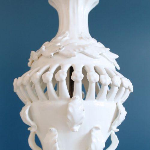 Lámpara de cerámica de Manises, C. Hispania. Blanca con hojas y flores. Vintage años 50-60s.