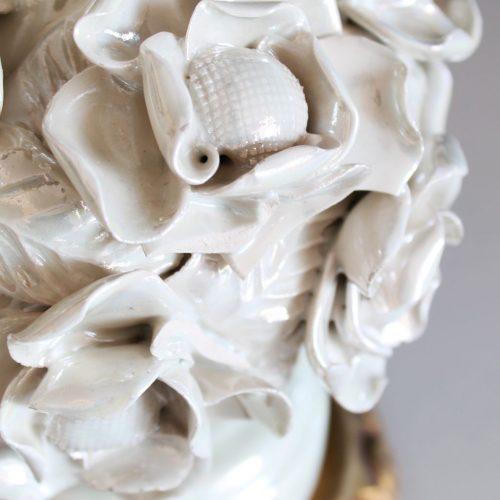 Lámpara de cerámica de Manises, blanca, con diseño de borlas de flores. Vintage 50s-60s.