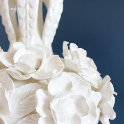 Gran lámpara de cerámica de Manises, blanca, con diseño de borlas de flores. Vintage 50s-60s.