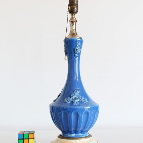 Lámpara de cerámica de Manises, azul con peana de madera policromada. Vintage 50s-60s.