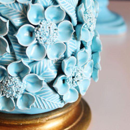 Lámpara de cerámica de Manises. Flores y hojas en color azul. Base de madera dorada. Vintage 50s-60s.