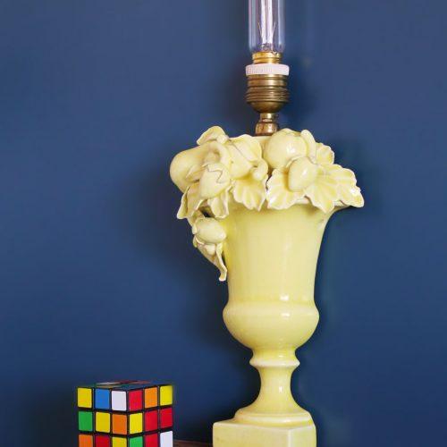 Aplique o lámpara de pared de cerámica de Manises. C. Hispania. Copa con frutas y hojas. Vintage 50s-60s.
