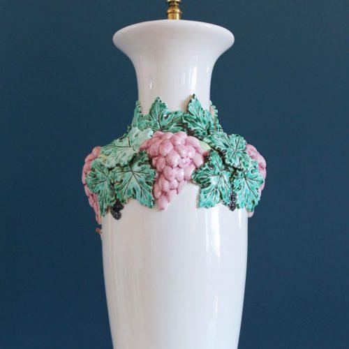 Gran lámpara de cerámica de Manises, blanca con uvas y hojas de parra. Vintage 60s-70s.